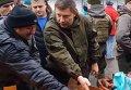Захарченко на рынке в Донецке взвесил свой пистолет ТТ. Видео