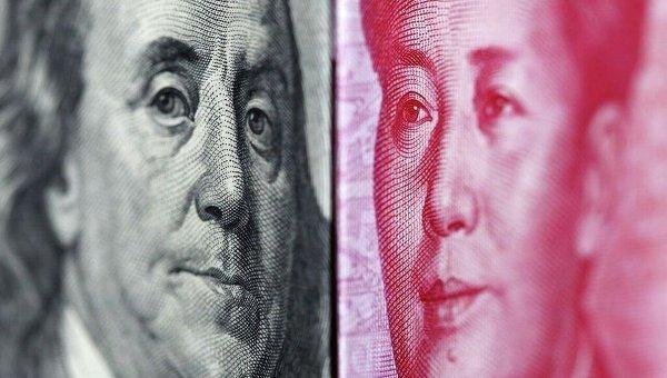 Банкноты в 100 юаней и 100 долларов