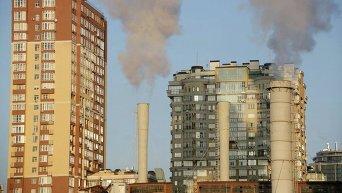 Дым из труб ТЭЦ поднимается над жилым домом в Киеве