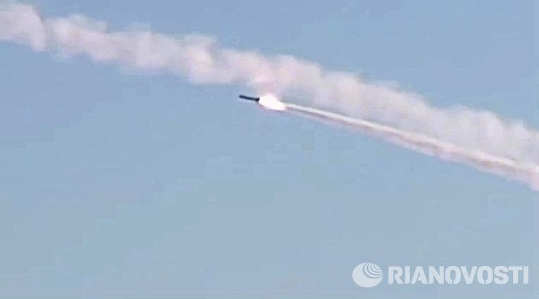 Ruská ponorka v Středozemním moři zasypala teroristy v Rakkě křídlatými raketami