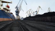 Разгрузка угля в порту Одессы. Архивное фото