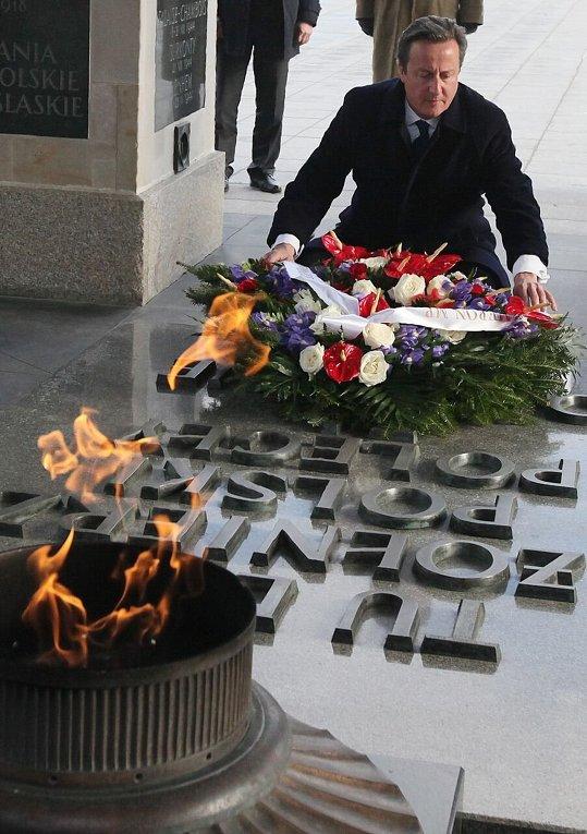 Премьер-министр Великобритании Дэвид Кэмерон на могиле неизвестного солдата в Варшаве.