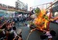 Протестующие сжигают чучело президента Филиппин и других членов правительства в ознаменование  67 годовщины подписания Декларации прав человека.