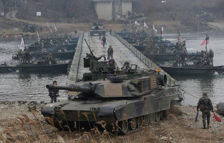 Американские военные участвуют в учениях вооруженных сил США и Южной Кореи.