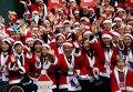 Активисты в Южной Корее вручают рождественские подарки в клинике преждевременно рожденных младенцев.