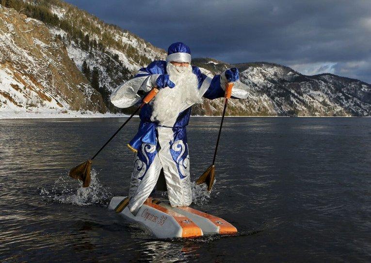 62-летний преподаватель Николай Васильев на водных лыжах, собственного изготовления, на Енисее в Красноярске.