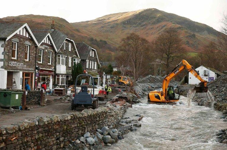 Восстановительные работы после наводнения в Северо-Западной Англии.