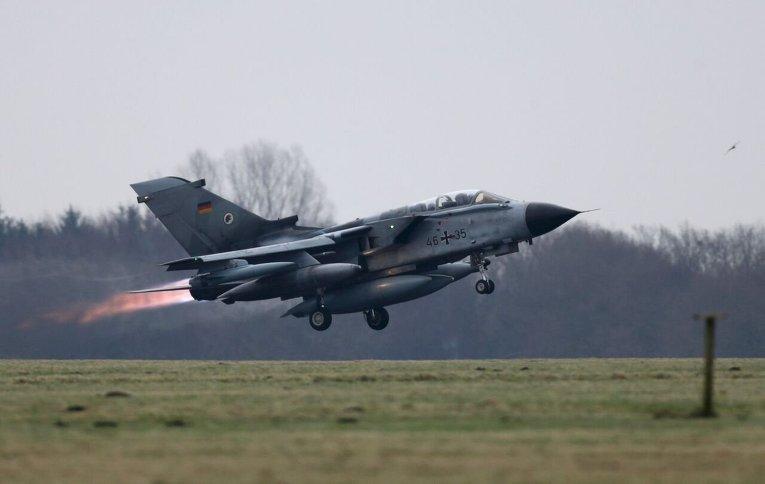 Переброска истребителей-бомбардировщиков Торнадо на военную базу в Турцию для участия в авиаударах по ИГ.