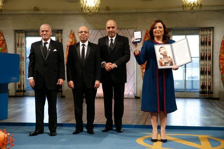 Нобелевскую медаль и диплом обладателя награды вручили Квартету национального диалога в Тунисе за вклад в создание плюралистической демократии в Тунисе после жасминовой революции в 2011 году.