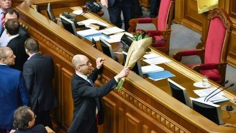 Арсений Яценюк с букетом роз 11 декабря 2015 года в ходе драки на заседании Верховной Рады