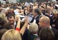 Давка между депутатами местных советов за автограф Порошенко. Видео