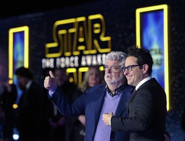 Создатель Звездных войн и режиссер Джей Джей Абрамс на закрытом показе фильма Звездные войны: Пробуждение силы в США