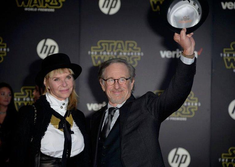 Стивен Спилберг с супругой. Мировая премьера фильма Звездные войны: Пробуждение силы в США. Закрытый показ