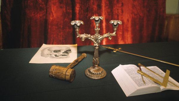 Стол руководителя масонской ложи