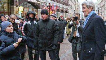 Госсекретарь США Джон Керри прогулялся в Москве по Арбату и купил сувениры