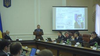 Заместитель главы Нацполиции Александр Вакуленко на заседании Кабмина докладывает об обнаружении архива Януковича