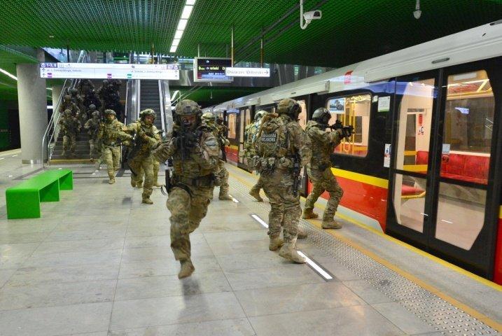 Тактические учения полиции в метро Варшавы
