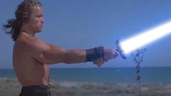 Шварценеггер показал кубики и поупражнялся со световым мечом. Видео
