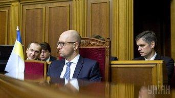 Арсений Яценюк во время внеочередного заседания Верховной Рады 17 декабря 2015 года