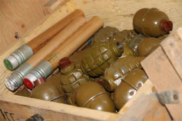 Арсенал оружия и боеприпасов, изъятый в ходе спецоперации в одном из общежитий Мариуполя