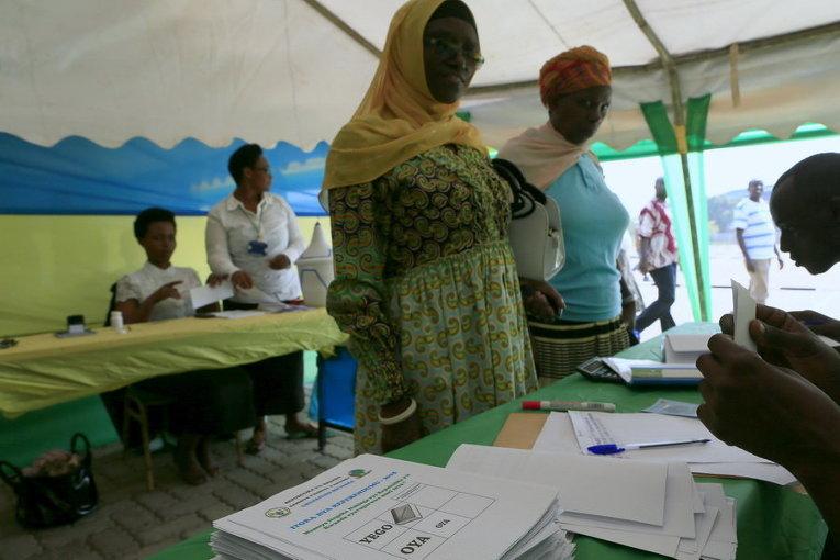 Люди ждут, чтобы проголосовать на избирательном участке в столице Руанды Кигали во время референдума