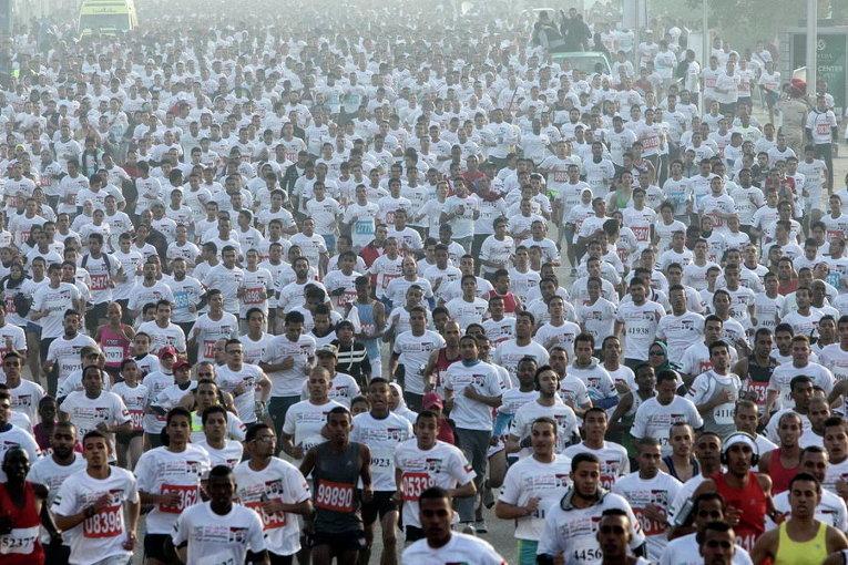 Бегуны участвуют в благотворительном марафоне, все доходы от которого идут на больных гепатитом в Каире, Египет