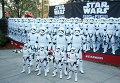 Фигурки штурмовиков из Звездных войн в городе Глендейл, штат Калифорния в честь премьеры очередной части фильма