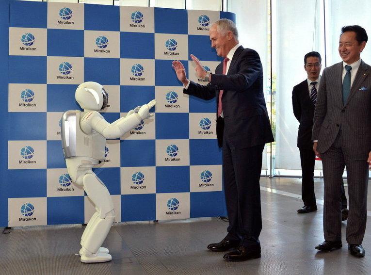 Премьер-министр Австралии Малькольм Тернбулл и робот японского автопроизводителя Honda Motor Ко Asimo в Национальном музее развивающейся науки и инноваций в Токио