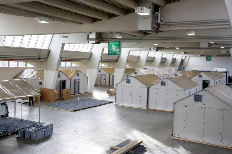 Комнатки для мигрантов внутри выставочного зала в Цюрихе, Швейцария