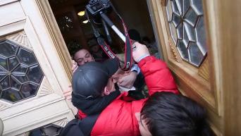 Егор Соболев - охраннику Рады: Вы гранату хотите? Видео