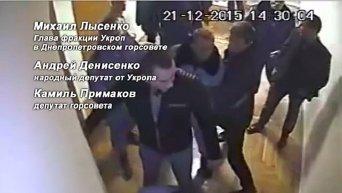 Народный депутат Андрей Денисенко ломает дверь в техническое помещение Днепропетровского городского совета