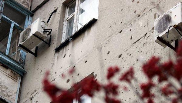 Последствия обстрелов жилых домов Мариуполя