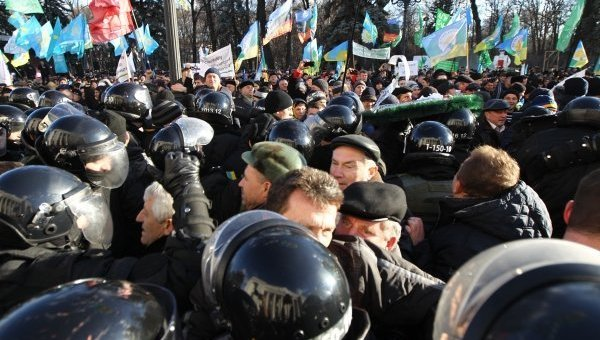 У Рады произошла потасовка между протестующими и правоохранителями