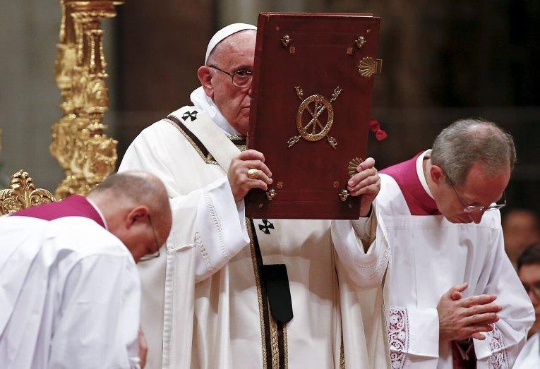 Папа Римский Франциск отслужил рождественскую мессу в Ватикане