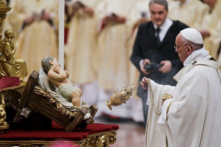 Папа Римский Франциск отслужил рождественскую мессу в базилике Святого Петра Ватикане