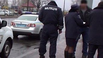 Сотрудники правоохранительных органов на месте стрельбы в Оболонском районе Киева