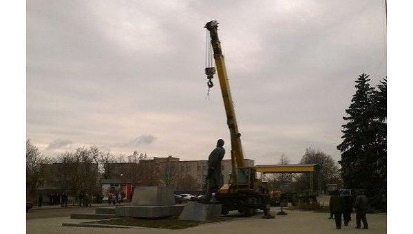 Демонтаж памятника Ленину в Приморске Запорожской области