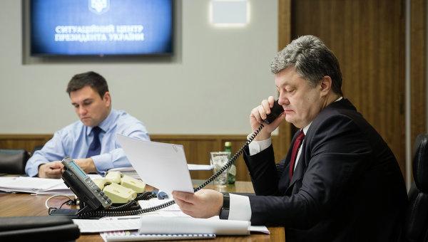Петр Порошенко во время телефонных переговоров в нормандском формате