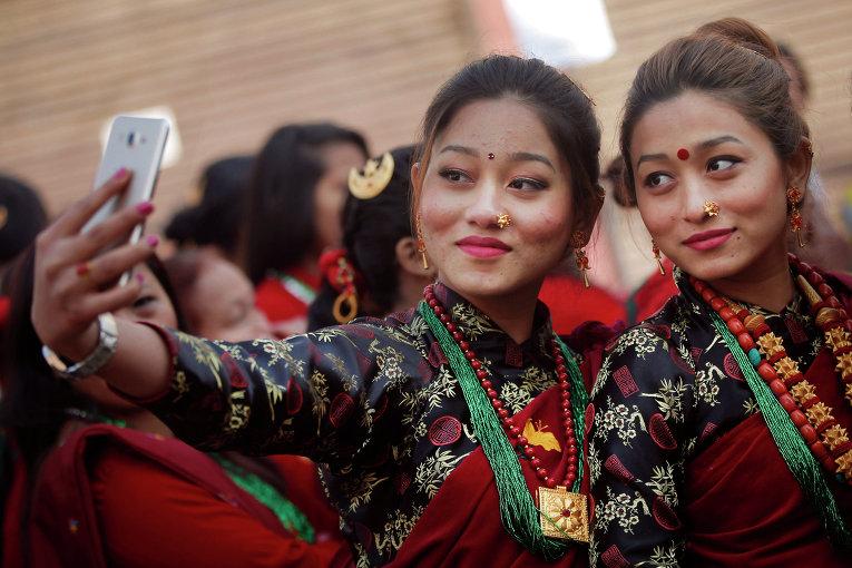 Участницы предновогоднего парада в Непале