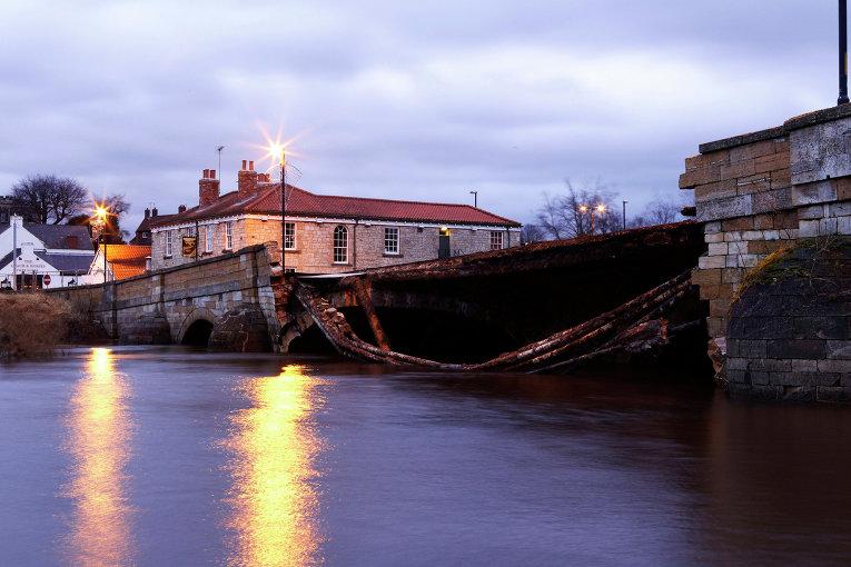 В результате наводнения в Северном Йоркшире, Англия, рухнул мост