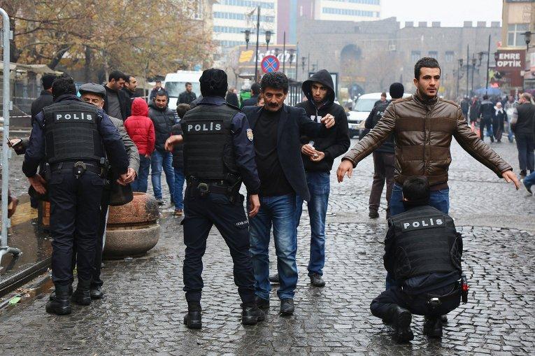 Полицейские обыскивают прохожих во время комендантского часа в Турции, в городе Диярбакыр
