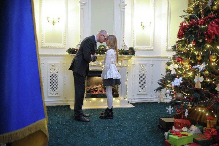 Арсений Яценюк с дочерью и члены Кабинета министров Украины нарядили новогоднюю елку