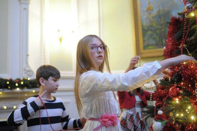 Дочь Арсения Яценюка наряжает елку в Кабмине