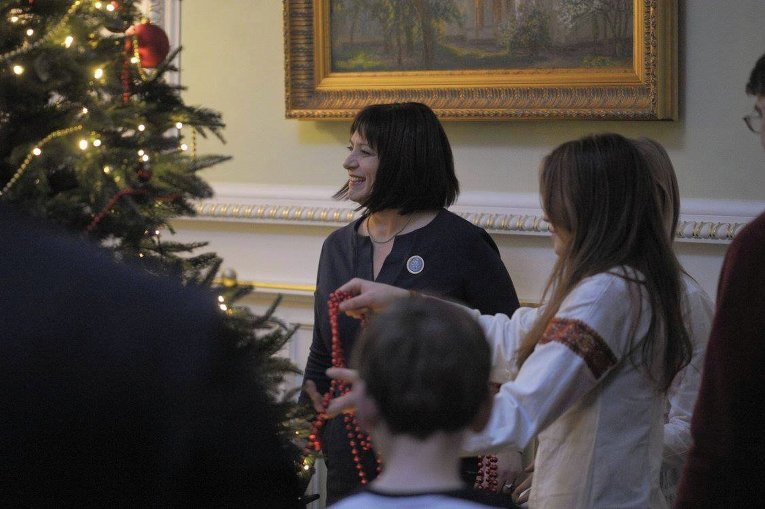 Члены Кабинета министров Украины наряжают елку вместе со своими детьми