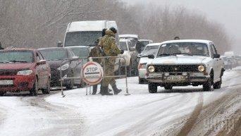 Очередь автомобилей возле контрольно-пропускного пункта Зайцево на линии разграничения в Донецкой области