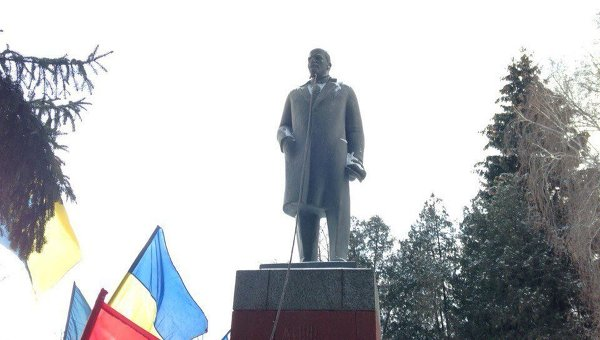 Под Кременчугом снесли памятник Владимиру Ленину