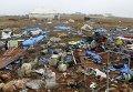 Повреждения в лагере для вынужденных переселенцев после удара с воздуха на западе Сирии
