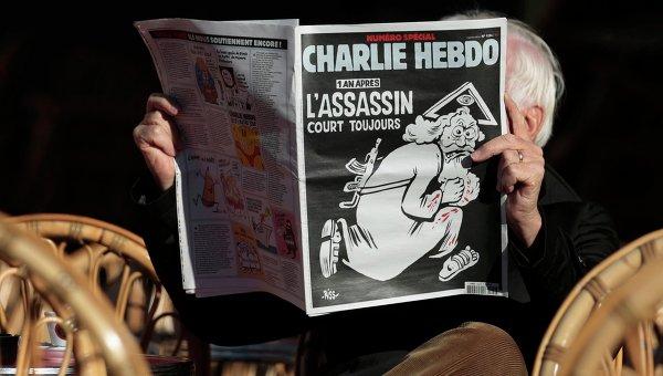Мужчина читает последний выпуск французского еженедельника Charlie Hebdo