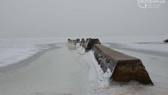Замерзшее побережье Азовского моря в Мариуполе