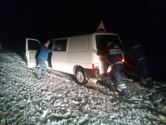 Полиция и спасатели вытаскивают авто из заносов